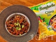 Задушени телешки жулиени с ориз, замразени зеленчуци, соев сос, мед и канела на тиган